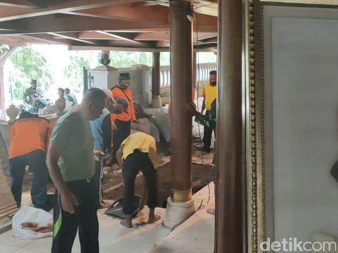 Penggalian liang lahad Wismoyo Arismunandar di Giribangun