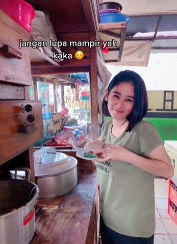 penjual mie ayam bakso cantik di Sentul, Bogor