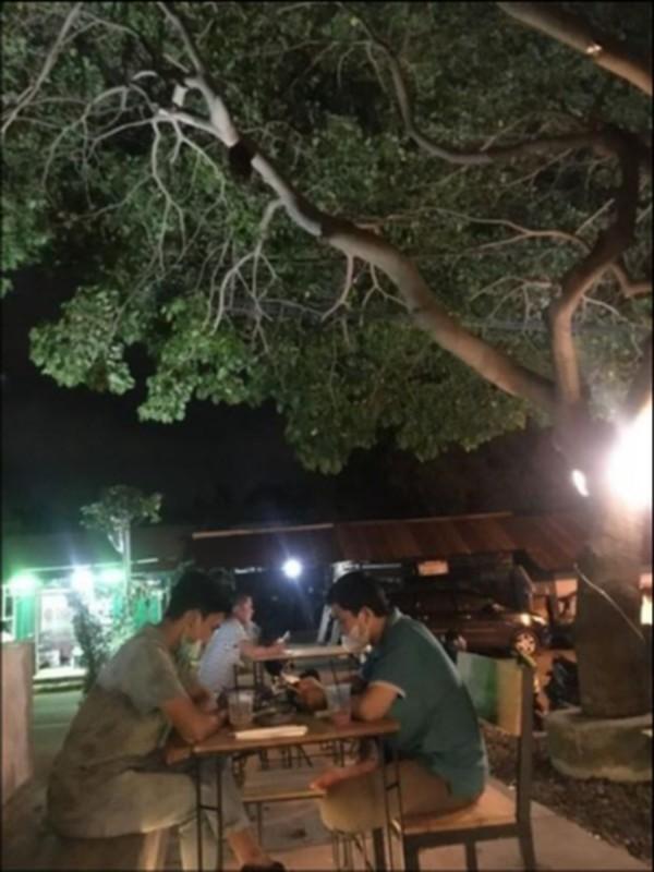 Aktifitas pengunjng di cafe-cafe ala anak muda