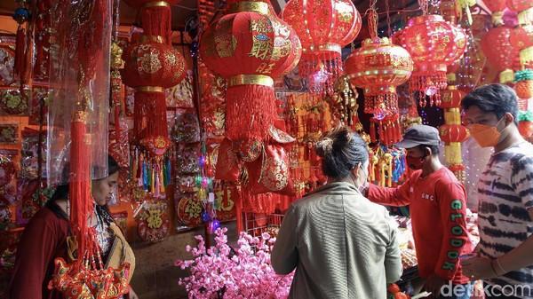 Dua pekan jelang Tahun Baru Imlek para pedagang mejajakan berbagai macam kebutuhan Imlek.