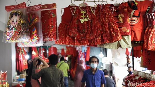 Dua pekan menjelang tahun baru imlek 2572 para pedagang mulai menjajakan barang-barang kebutuhan Imlek dikawasan Glodok, Jakarta. Para pedagang aksesoris maupun keperluan tahun baru Imlek menjajakan dagangannya .