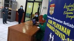 Vaksinasi COVID-19 untuk tenaga kesehatan kembali dilakukan di Puskesmas Setiabudi, Jakarta Selatan. Ini merupakan vaksinasi tahap kedua bagi nakes.