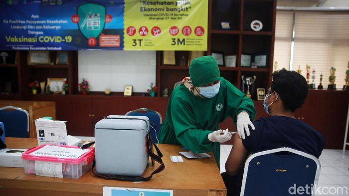 Para tenaga kesehatan (nakes) mendapatkan vaksinasi COVID-19 tahap kedua, di Puskesmas Setiabudi, Jakarta Selatan, Kamis (28/1/2021). Vaksinasi tahap kedua dilakukan 14 hari setelah tahap 1 selesai.