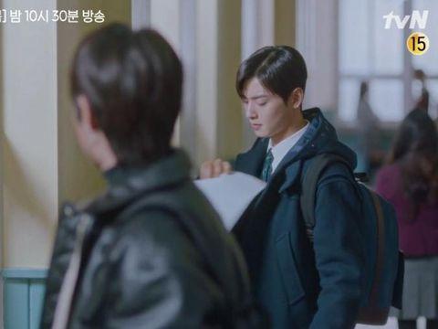 Su Ho dan Seo Jun Mencabut Poster Ju Kyung yang Dicoret-coret