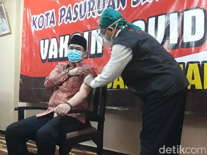 Vaksinasi COVID-19 di Kota Pasuruan resmi dimulai. Wali Kota Raharto Teno Prasetyo jadi orang pertama yang disuntik.