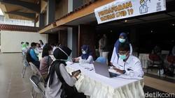 Ribuan tenaga kesehatan mengikuti vaksinasi massal di Grha Sabha Pramana UGM. Ini merupakan tahap pertama vaksinasi massal khusus tenaga kesehatan di DIY.