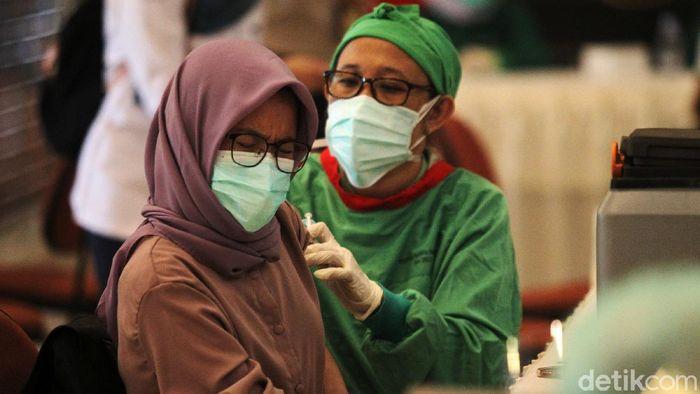 Sebanyak 3000 tenaga kesehatan mengikuti vaksinasi masal di gedung Grha Sabha Pramana UGM, Yogyakarta, Kamis (28/1/2021). Vaksinasi masal tersebut diselenggarakan oleh RSUD dr. Sardjito Yogyakarta. Ini merupakan tahap pertama vaksinasi masal khusus bagi tenaga kesehatan di D. I. Yogyakarta.