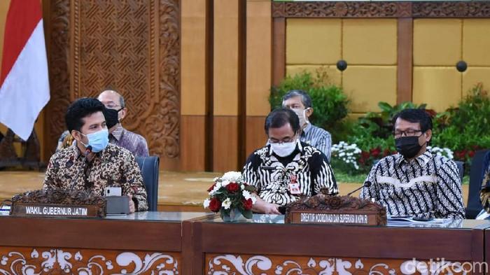 Wakil Gubernur Jawa Timur Emil Elestianto Dardak memandu jalannya diskusi bersama KPK RI dan 38 kepala daerah di Jatim. Mengusung tema Jatim Bangkit, Emil memastikan komitmen Jatim dalam pencegahan korupsi.