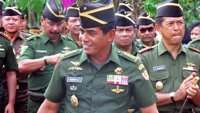 Mayjen Wismoyo Arismunandar (tengah) bersama Brigjen Ilyas Yusuf (kanan), Jakarta, 1992. [TEMPO/ Rini PWI; 17D/235/1993; 20020626].