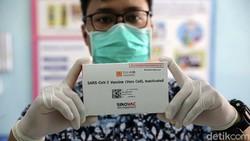 Vaksin COVID-19 kembali didistribusikan untuk vaksinasi tenaga kesehatan di berbagai wilayah RI. Kali ini vaksin itu ditujukan untuk 900 ribu tenaga kesehatan.