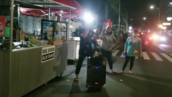 aldi taher jualan mie ayam di pinggir jalan malah kena hujat netizen