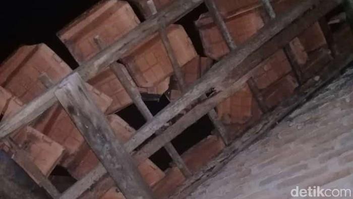 Atap rumah warga Lampung Selatan rusak tertimpa meteorit (dok Adi Pras)