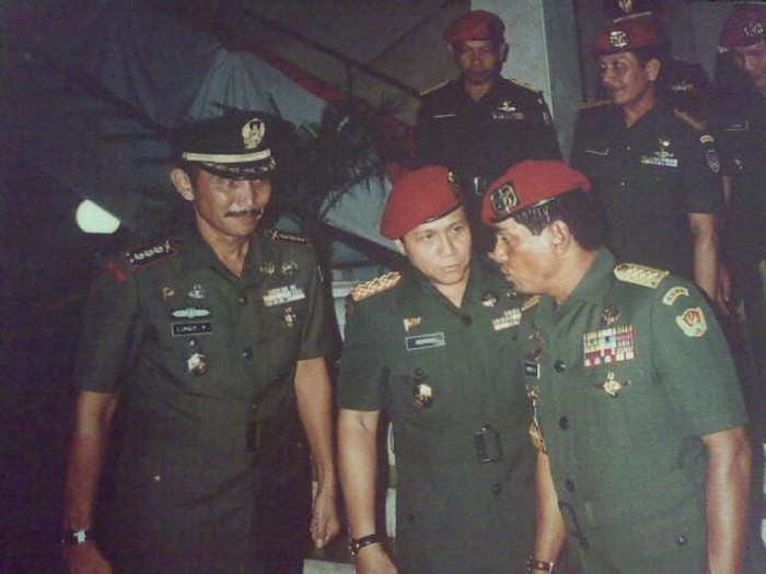 Dari kiri ke kanan Kol Luhut Binsar Panjaitan, May Jen AM Hendropriyono dan Jenderal Wismoyo Arismunandar, 1993. Ketiganya sama-sama mengenakan arloji di tangan kanan (Foto: dok Istimewa)