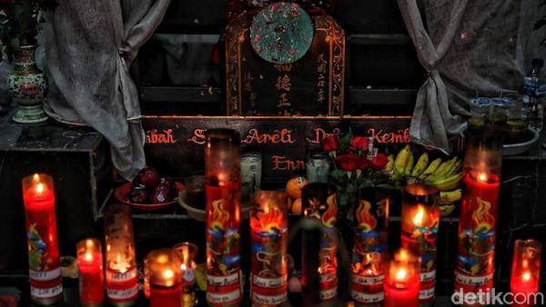 Menariknya, selain kerap dikunjungi warga untuk berdoa, sejumlah peziarah dari berbagai latar belakang kepercayaan, mulai dari Konghucu, Taois, hingga Islam juga kerap datang ke klenteng tersebut. Peziarah Muslim kerap datang ke sana untuk berziarah ke makam Embah Said Areli Dato Kumbang dan istrinya, Ibu Enneng.