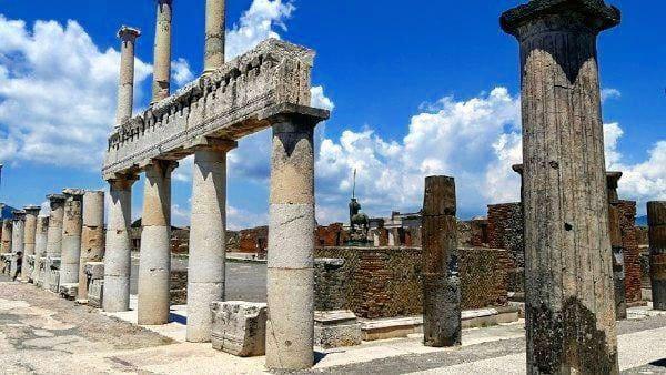 Pompeii merupakan rumah dari 13.000 orang yang terkubur di bawah abu, kerikil batu apung dan debu akibat letusan gunung yang setara dengan bom atom. Kini kota tersebut jadi tujuan yang populer bagi wisatawan (dok Pompeii)