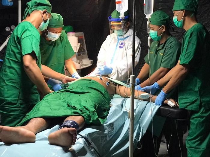 Operasi patah tulang di RS Lapangan TNI AD Mamuju yang ditangani oleh dr. Agus Wahyudi, Sp OT dari RS TNI AD Ridwan Meuraksa Jakarta
