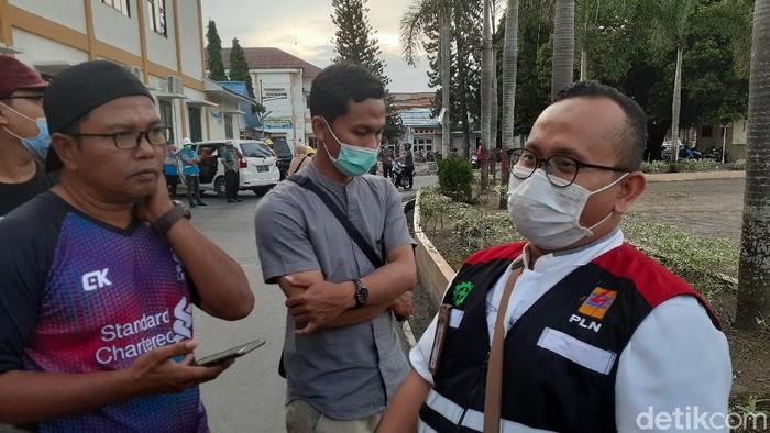 Petugas PLN ULP Kisaran tiba di RSUD HAMS Kisaran, yang nyaris memutus aliran listik. (Perdana Ramadhan/detikcom)