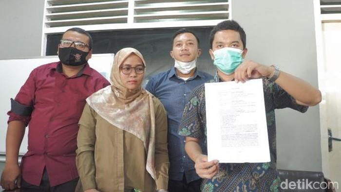 Pihak keluarga angkat bicara soal penembakan terhadap Deki Golok diduga memicu perusakan terhadap Mapolsek Sungai Pagu Solok Selatan (Jeka Kampai/detikcom)