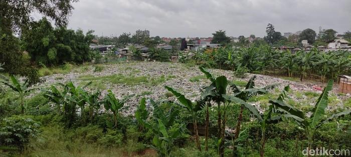Sampah seluas lapangan bola di Kampung Caman, Jakasampurna, Kota Bekasi, 29 Januari 2021. (Taufieq Renaldi Arfiansyah/detikcom)