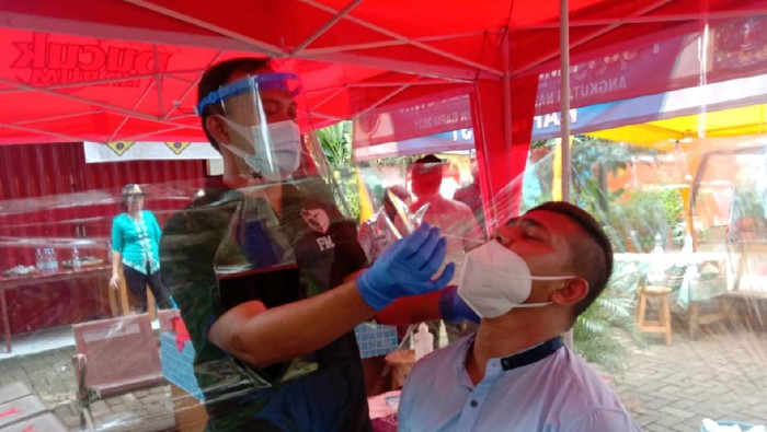 Sopir-Penumpang di Terminal Kalideres Diswab Antigen dan Tes Urine