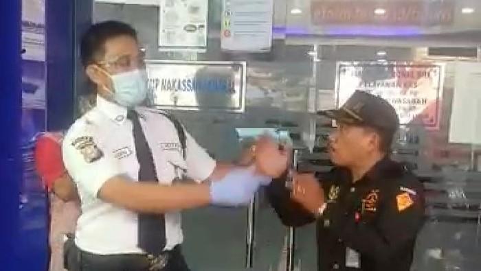 Tangkapan layar video viral pria mengamuk karena ditegur tidak memakai masker (dok. Istimewa).