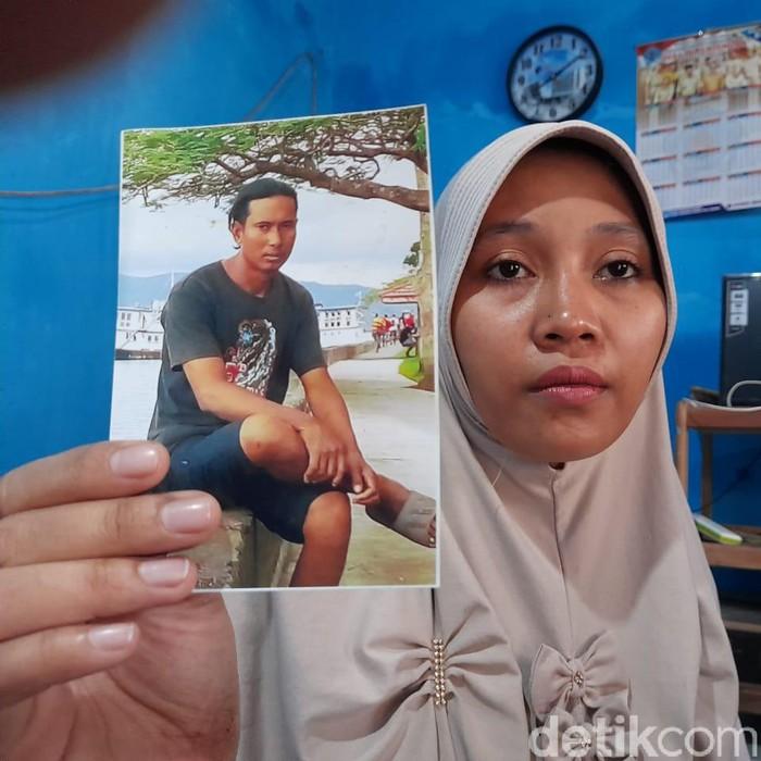 Tri menunjukkan foto suaminya, Abdul Wakhid, semasa hidup.