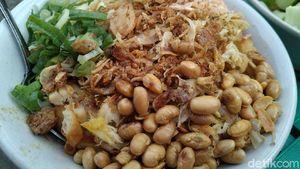 Sarapan Bubur Ayam di Depan Klenteng Hok Lay Kiong, Cuma Rp 10 Ribu!