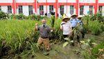 Foto: Setnov Bertani dengan Topi Caping di Lapas Sukamiskin