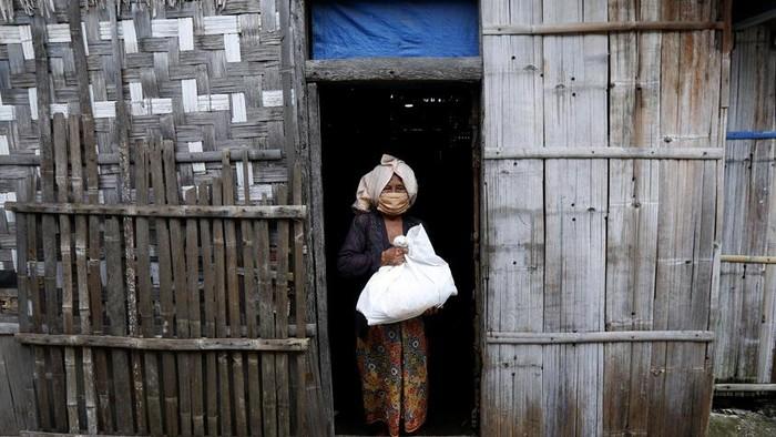 Perwakilan wartawan yang tergabung dalam Jurnalis Peduli menyalurkan bantuan kepada warga kurang mampu di Pulau Panjang, Serang, Banten.