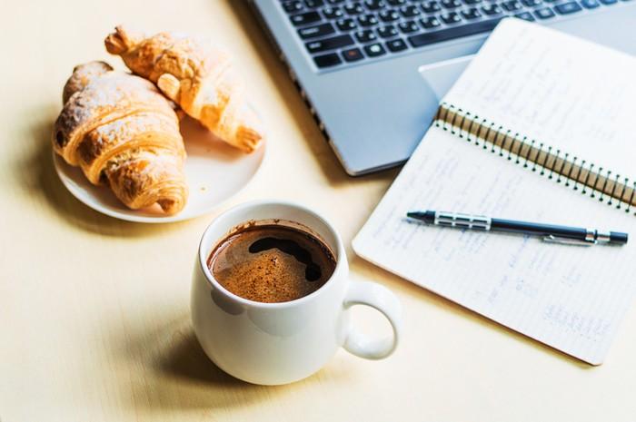 lebih baik minum kopi atau teh saat sarapan? ini kata ahli