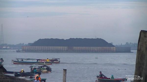 Kapal tongkang pengangkut batu bara