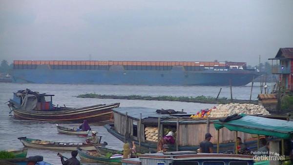 Begitu lebarnya Sungai Barito hingga dapat dilalui kapal-kapal besar