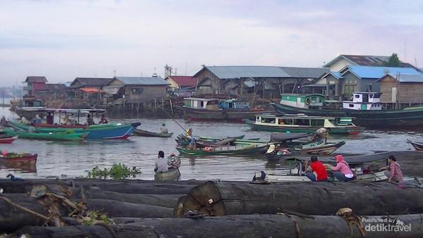 Suasana pagi di tepi Sungai Barito