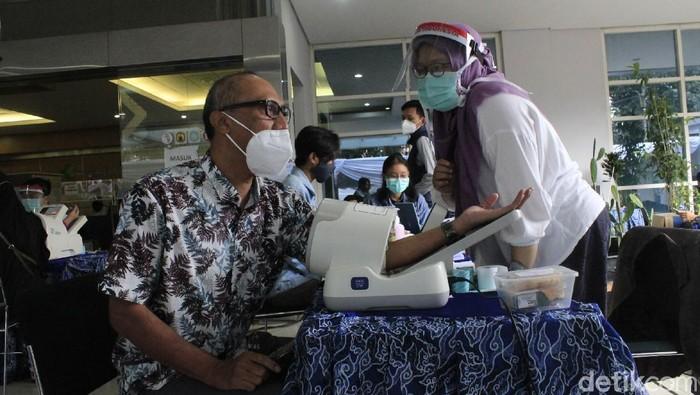 Vaksinasi COVID-19 bagi ribuan tenaga kesehatan (nakes) dilaksanakan secara massal di Jabar.