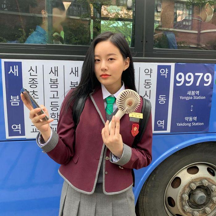 Park Yoo Na True Beauty Saat Asyik Minum Es dan Nongkrong di Kafe