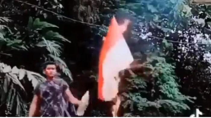Pemuda membakar bendera merah putih