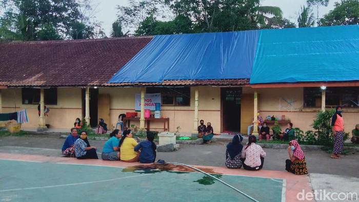Pengungsi Merapi di tempat evakuasi sementara (TES) Desa Balerante, Kecamatan Kemalang, Klaten, Sabtu (30/1/2021).