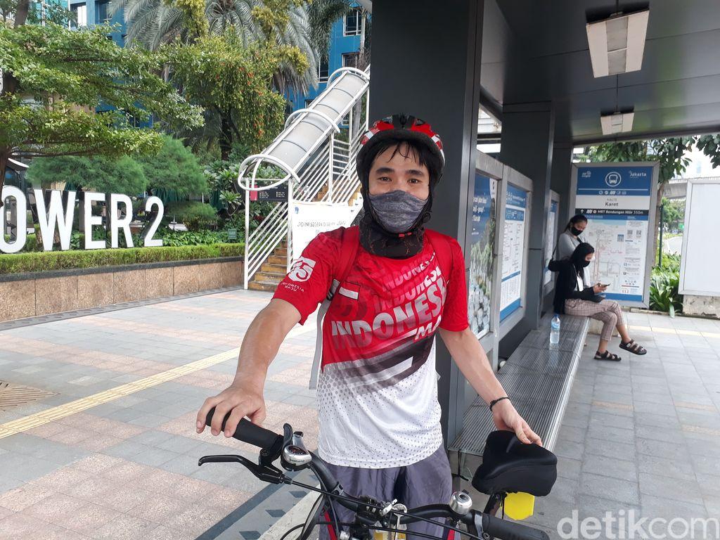 Pesepeda berkomentar soal revitalisasi JPO Sudirman. (Azhar Bagas Ramadhan/detikcom)