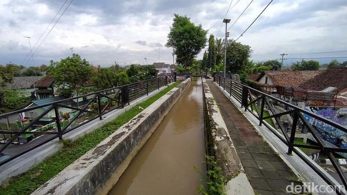 Di Kota Magelang terdapat plengkung yang di atasnya merupakan saluran air memanjang. Bangunan itu adalah peninggalan Belanda yang hingga kini masih berfungsi.