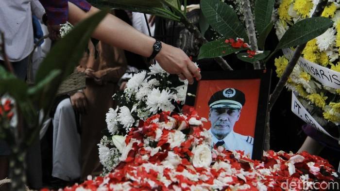 Jenazah pilot Sriwijaya Air SJ182, Kapten Afwan dimakamkan di TPU Pondok Rajeg, Kabupaten Bogor. Isak tangis mengiringi prosesi pemakaman Kapten Afwan.
