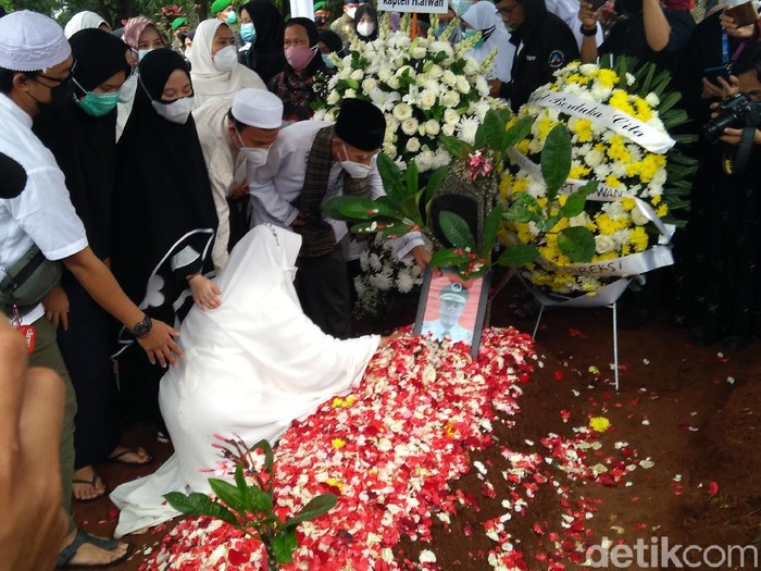 Prosesi pemakaman pilot Sriwijaya Air SJ182 Kapten Afwan di TPU Pondok Rajeg, Bogor.