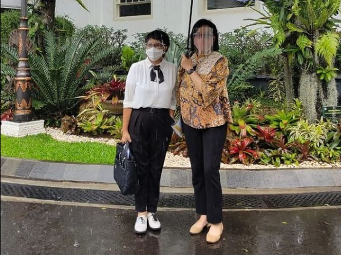 Gaya preppy Menlu Retno Marsudi banjir pujian netizen.