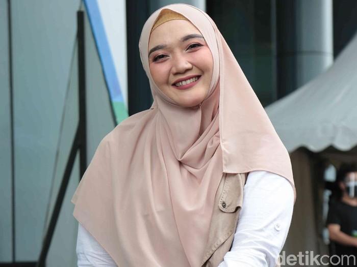 Sulis yang dikenal sebagai Sulis Cinta Rasul ditemui seusai menjadi bintang tamu acara Pagi Pagi Ambyar, Trans TV, Jakarta Selatan, Jumat (29/01)