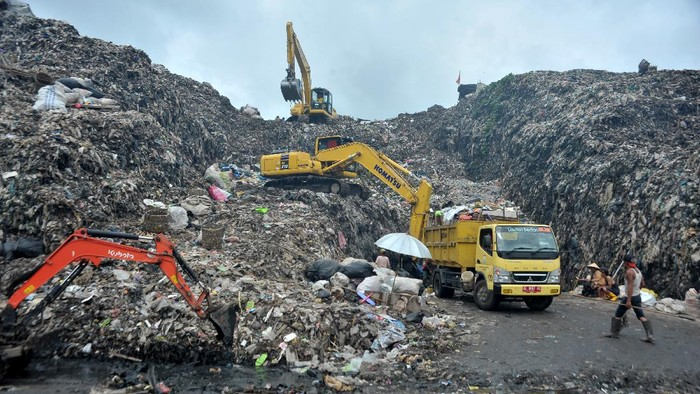 Sejumlah alat berat beroperasi di lokasi Tempat Pembuangan Akhir (TPA) Sukawinatan Palembang, Sumatera Selatan, Sabtu (30/1/2021). Pemerintah Kota Palembang berencana memindahkan pembuangan sampah TPA Karya Jaya karena TPA Sukawinatan sudah over kapasitas. ANTARA FOTO/Feny Selly/wsj.