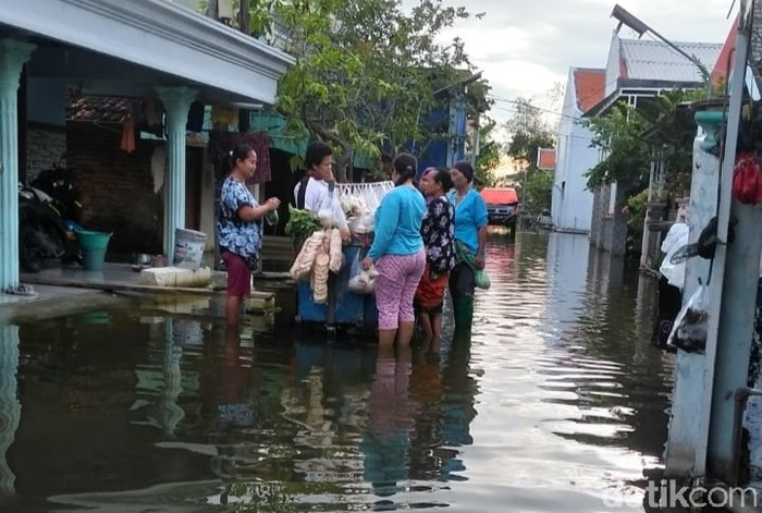 Warga Desa Di Lamongan Ini Hidup dalam Banjir