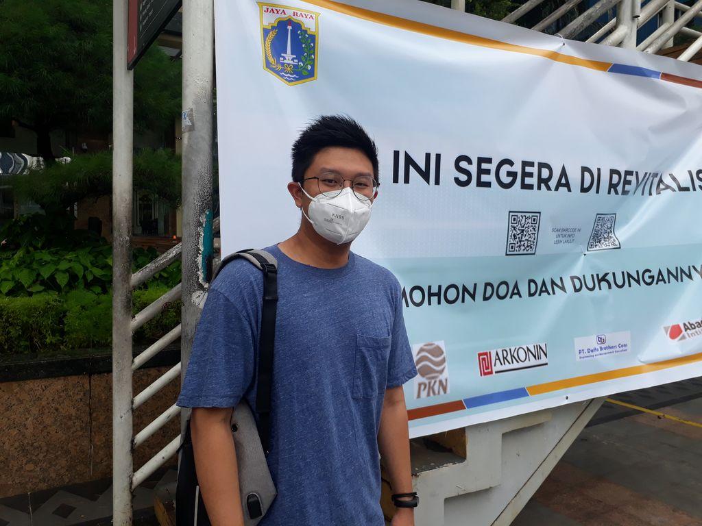 Warga pengguna JPO Sudirman, Daniel berkaos biru, Aldi berjaket jeans. (Azhar Bagas Ramadhan/detikcom)