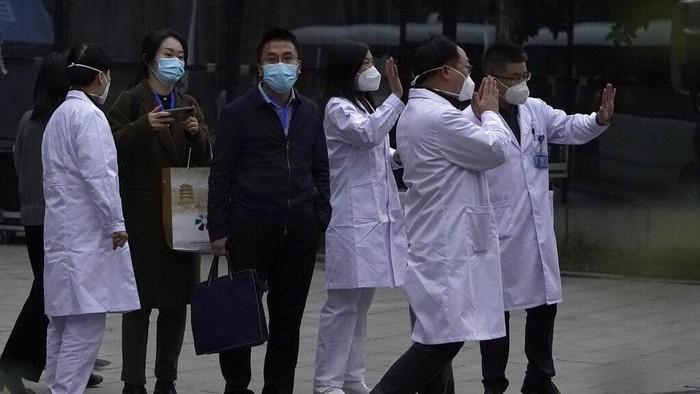 Tim Organisasi Kesehatan Dunia (WHO) mulai menyelidiki asal-usul COVID-19 di China. Mereka menyisir laboratorium, pasar, dan rumah sakit di Wuhan.