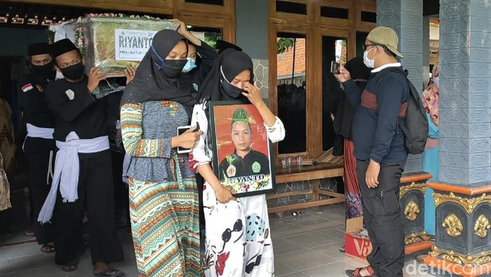 Jenazah Suyanto (40)-Riyanto (32), kakak beradik korban jatuhnya pesawat Sriwijaya Air SJ182 dimakamkan di Sragen. Isak tangis keluarga iringi pemakaman korban.