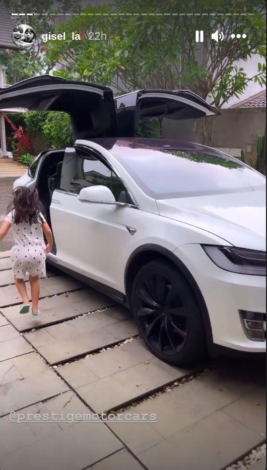 Gisel Pamer Mobil Listrik Tesla Model X
