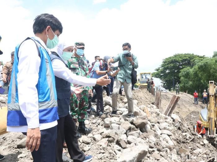 Gubernur Jatim Khofifah Indar Parawansa yang sempat melihat langsung proses perbaikan lajur yang longsor, berharap 8 Februari lajur tersebut bisa beroperasi normal.